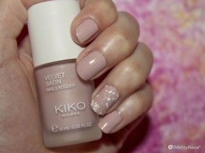 Nail art rosa vintage con decorazione in glitter
