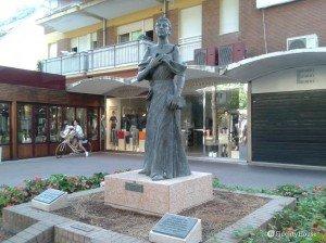Statua di Maria Ceccarini a Riccione