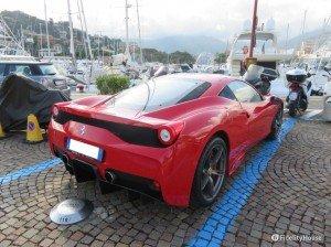 Ferrari F458 parcheggiata al porto di Rapallo