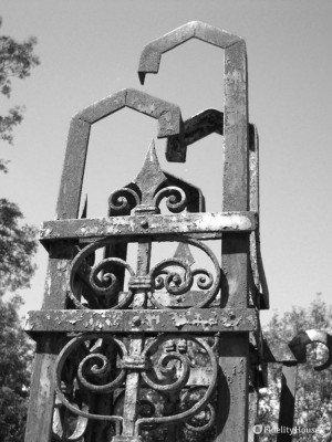 Un vecchio cancello in ferro battuto