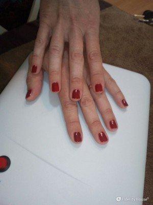 Manicure con semipermanente rosso scuro