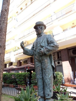 La statua dedicata al comico Totò al Rione Alto (Napoli)