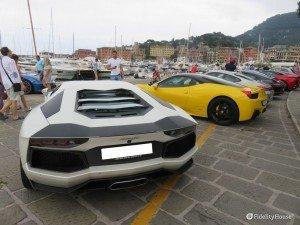 Sfilata di auto di lusso, Lamborghini e Ferrari in primis