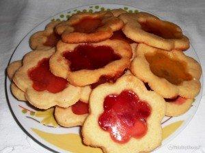 Biscotti a forma di fiore con marmellata