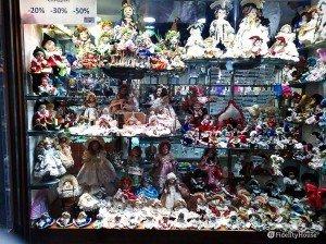 Vetrina con bambole di porcellana – Venezia