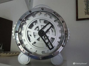 Orologio da tavolo con ingranaggi a vista