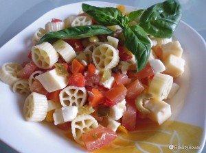 Pasta fredda con condipasta, tonno, emmenthal, mozzarella e pomodori