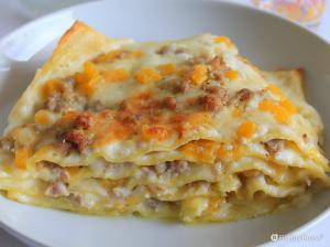 Lasagne con besciamella, zucca e salsiccia