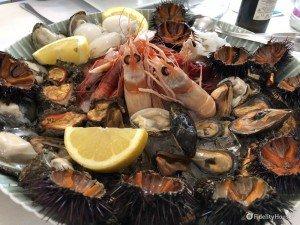 Cesto di frutti di mare crudi