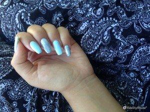 Nail art azzurra con dettagli in glitter