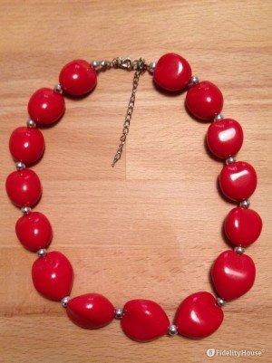 Una collana di pietre rosse