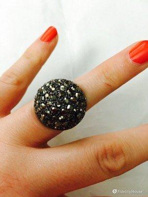 Grande ed elegante anello di bigiotteria con brillanti neri