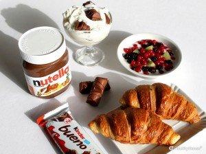 Croissants al burro, Nutella e frutti di bosco per una golosa colazione
