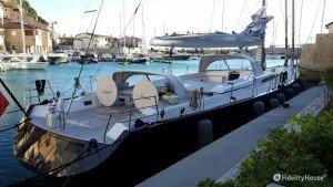 Enorme barca a vela ormeggiata a Portopiccolo
