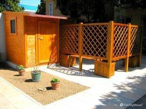 Composizione in legno con casetta, frangivista e fioriere