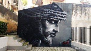 Il volto di Cristo in un murale di Diamante