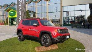 Jeep Renegade rossa al centro commerciale di Arese