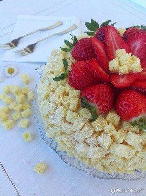 Torta mimosa con crema pasticcera e fragole