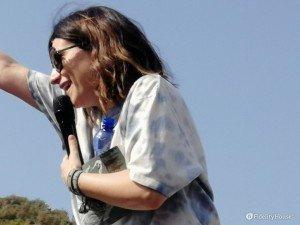 Laura Pausini saluta i fan