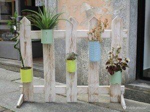 Parte di una staccionata con vasetti