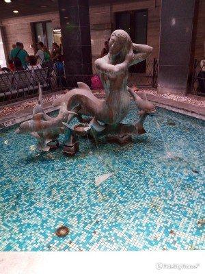 """Fontana """"Mermaid"""" presente presso la Stazione Centrale di Napoli"""