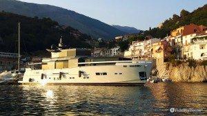 Yacht ormeggiato nel porto di Maratea