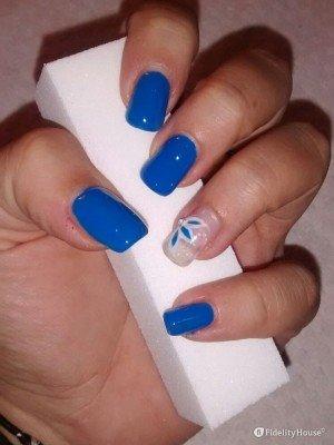 Ricostruzione unghie in gel blu con decoro floreale