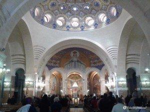 Interno della Basilica di Nostra Signora del Rosario – Lourdes