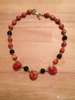 Una collana di pietre colorate