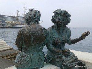 Due statue al porto di Trieste