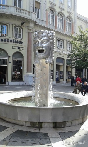 Fontana posta all'inizio del viale XX Settembre a Trieste
