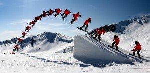 Salto con acrobazia in snowboard